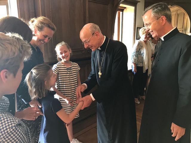 Prelado do Opus Dei, Dom Fernando Ocáriz conversando com famílias na Holanda
